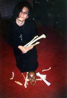 Католический священник покровительствовал сатанистам - магический круг из костей и крест на шее